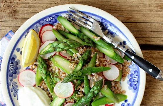 Recept: Chřestový salát s kroupami